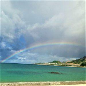 沖縄 海の上にかかる虹